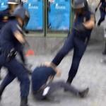 Policías UIP pateando a alguien en su propio beneficio