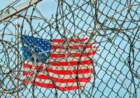 Bandera de EEUU entre rejas